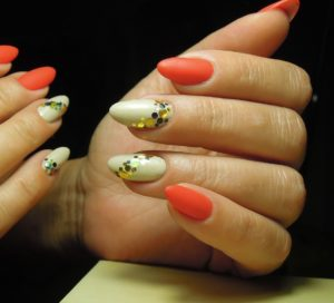 Матовый красный маникюр с золотыми блестками на белом