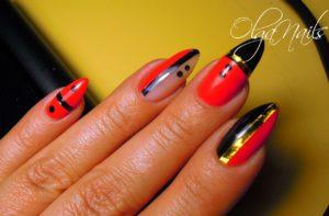 Яркий креативный черно-красный маникюр