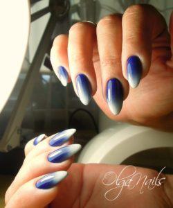 Маникюр сине-белый градиент