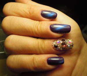 Фиолетово-синий маникюр кошачий глаз + разноцветные стразы